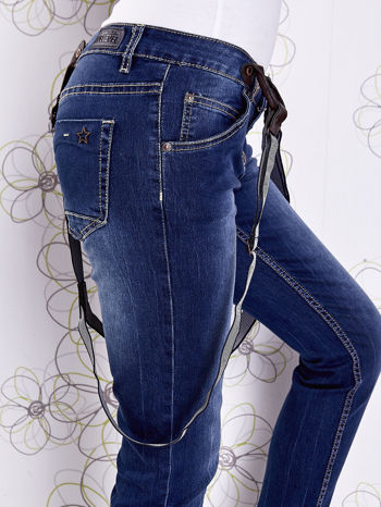 Niebieskie przecierane spodnie jeansowe z szelkami                              zdj.                              8