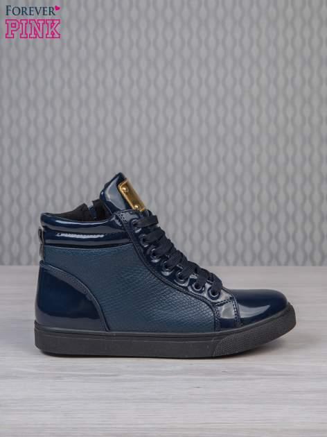 Niebieskie sneakersy z suwakiem i motywem skóry krokodyla                                  zdj.                                  1