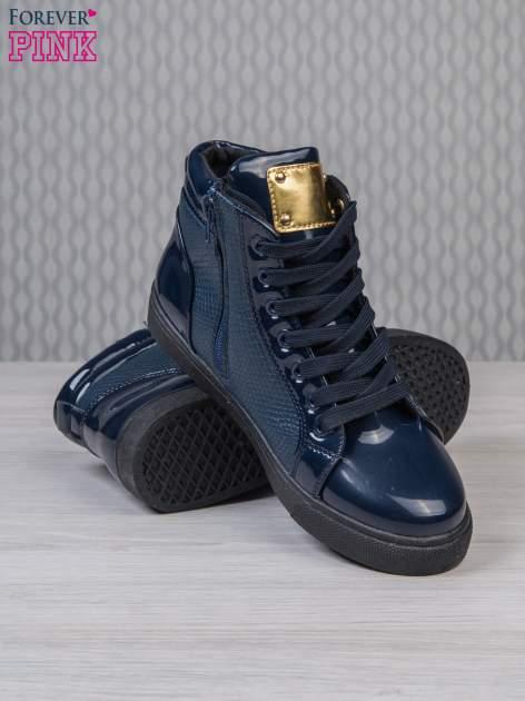 Niebieskie sneakersy z suwakiem i motywem skóry krokodyla                                  zdj.                                  4