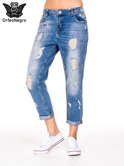 Niebieskie spodnie boyfriend jeans z przetarciami i podwijaną nogawką