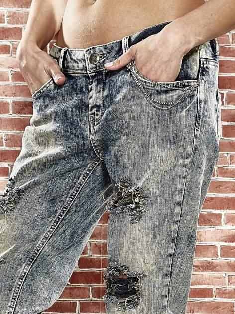 Niebieskie spodnie boyfriend jeans z szarpaniem                                  zdj.                                  5