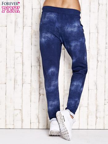 Niebieskie spodnie dresowe z koronkowym wykończeniem                              zdj.                              3