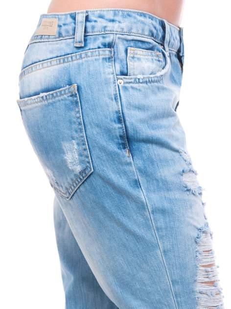 Niebieskie spodnie girlfriend jeans 7/8 z przetarciami                                  zdj.                                  7