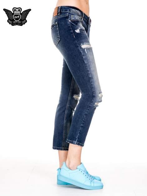 Niebieskie spodnie girlfriend jeans z rozjaśnianą nogawką i dziurami                                  zdj.                                  3