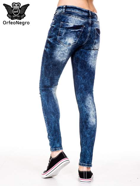 Niebieskie spodnie jeansowe rurki z cieniowaniem i rozdarciami na kolanach                                  zdj.                                  5