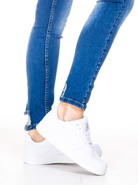 Niebieskie spodnie jeansowe rurki z dziurami i wytarciami                                  zdj.                                  7