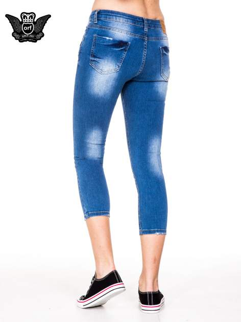 Niebieskie spodnie jeansowe skinny do połowy łydki