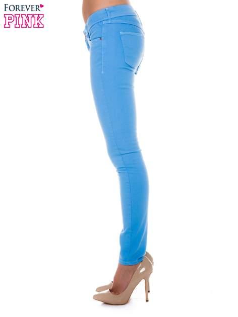 Niebieskie spodnie jeansowe typu rurki                                  zdj.                                  2