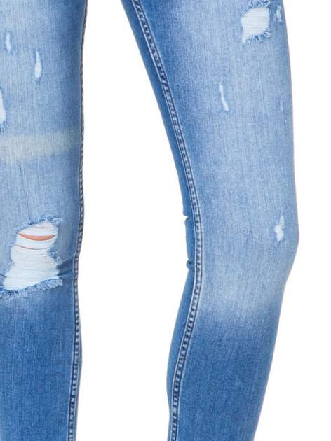 Niebieskie spodnie jeansowe z cieniowaną nogawką z przetarciami                              zdj.                              6