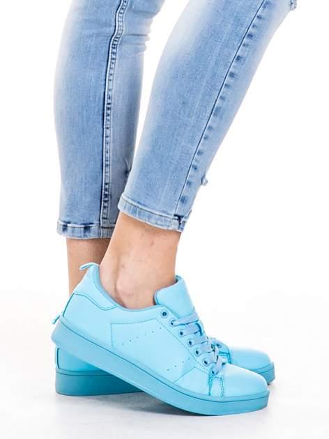 Niebieskie spodnie jeansowe z dziurami i rozdarciami                                  zdj.                                  6