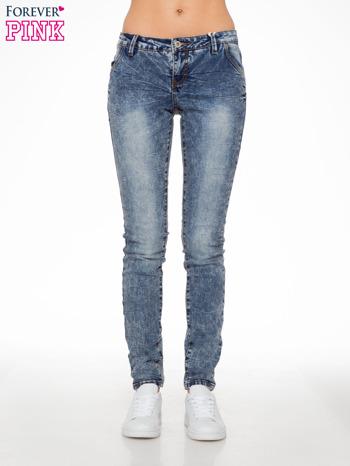 Niebieskie spodnie jeansowe z efektem sprania i gniecienia                                  zdj.                                  1