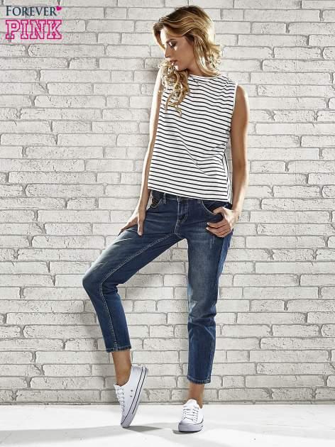 Niebieskie spodnie regular jeans z ćwiekami przy kieszeniach                                  zdj.                                  5