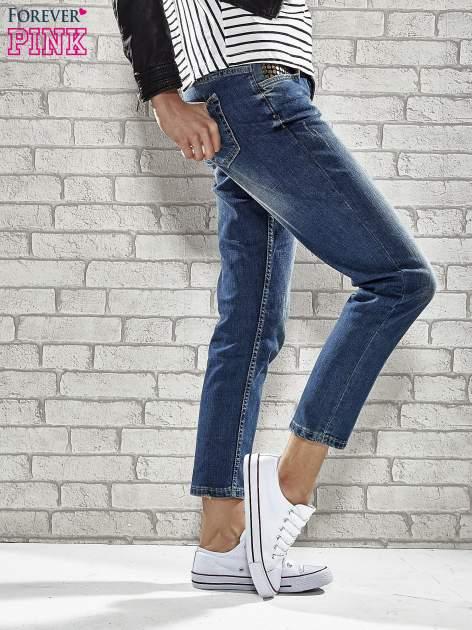 Niebieskie spodnie regular jeans z ćwiekami przy kieszeniach                                  zdj.                                  3