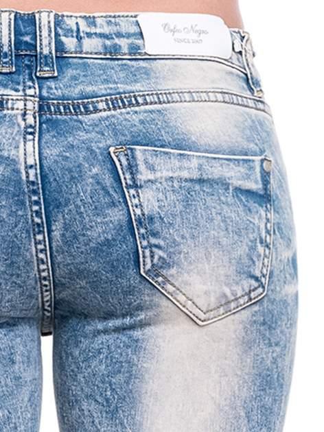 Niebieskie spodnie rurki typu trash jeans                                  zdj.                                  7