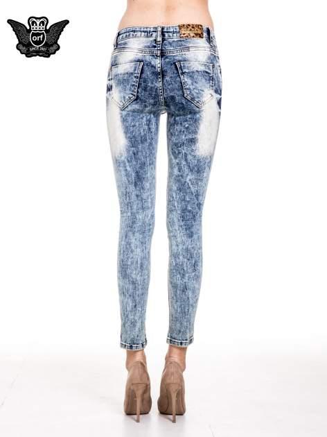 Niebieskie spodnie skinny jeans marmurki z rozjaśnianą nogawką                                  zdj.                                  5