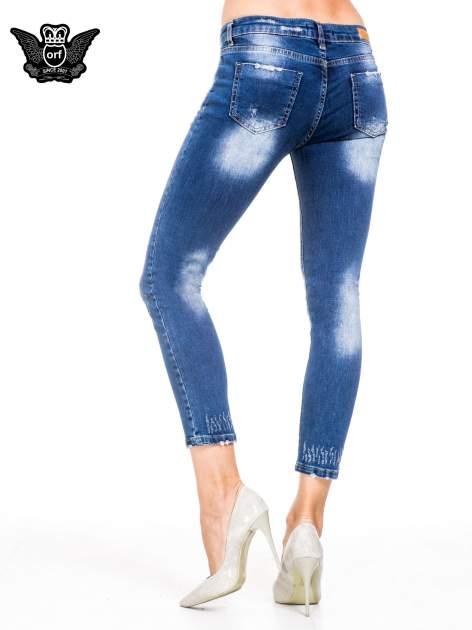 Niebieskie spodnie skinny jeans z cieniowaniem i przetarciami z przodu                                  zdj.                                  2