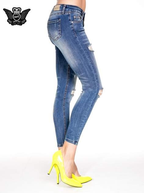 Niebieskie spodnie skinny jeans z dziurami z przodu                                  zdj.                                  3