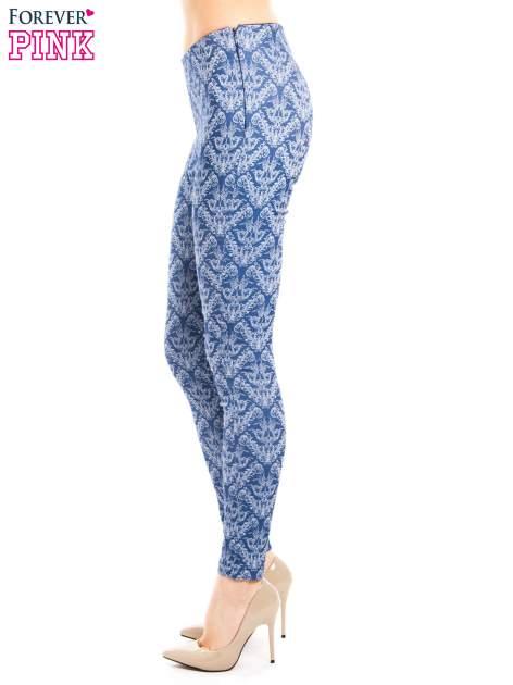 Niebieskie spodnie typu legginsy w ornamentowy wzór                                  zdj.                                  2