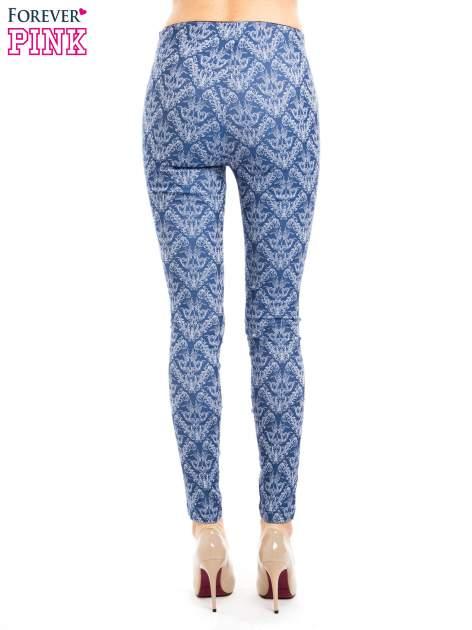 Niebieskie spodnie typu legginsy w ornamentowy wzór                                  zdj.                                  3