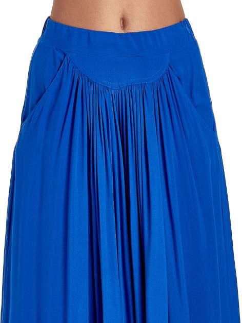 Niebieskie zwiewne spodnie typu culottes                                  zdj.                                  5