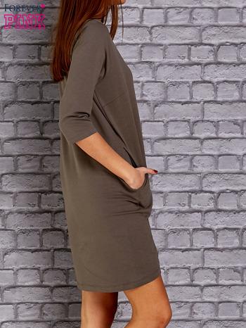 Oliwkowa sukienka z naszywkami                                  zdj.                                  3