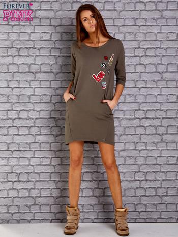 Oliwkowa sukienka z naszywkami                                  zdj.                                  2