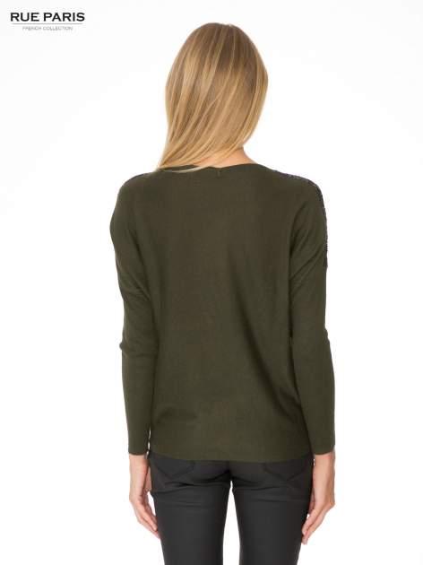 Oliwkowy sweter o nietoperzowym kroju z cekinową aplikacją na rękawach                                  zdj.                                  4