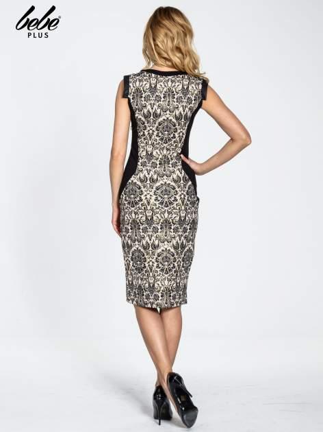Ornamentowa sukienka z czarnymi modułami                                  zdj.                                  4