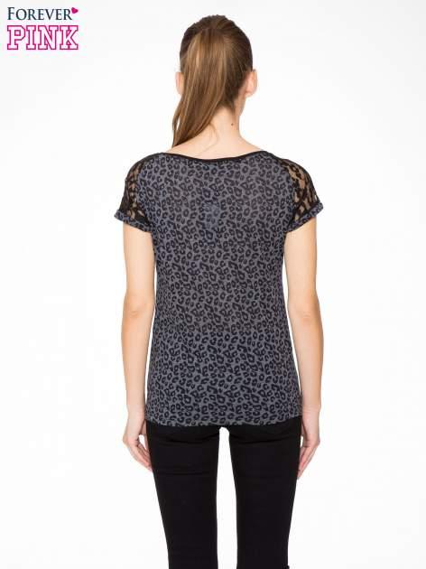 Panterkowy t-shirt z nadrukiem BORN FREE i koronkowymi rękawami                                  zdj.                                  4