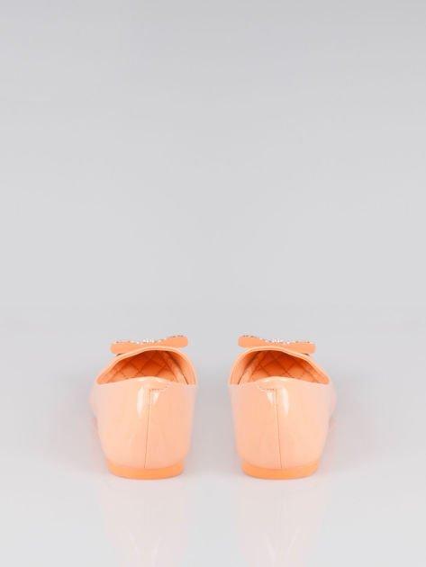 Pastelowopomarańczowe lakierowane baleriny Gem z błyszczącą kokardą                                  zdj.                                  3