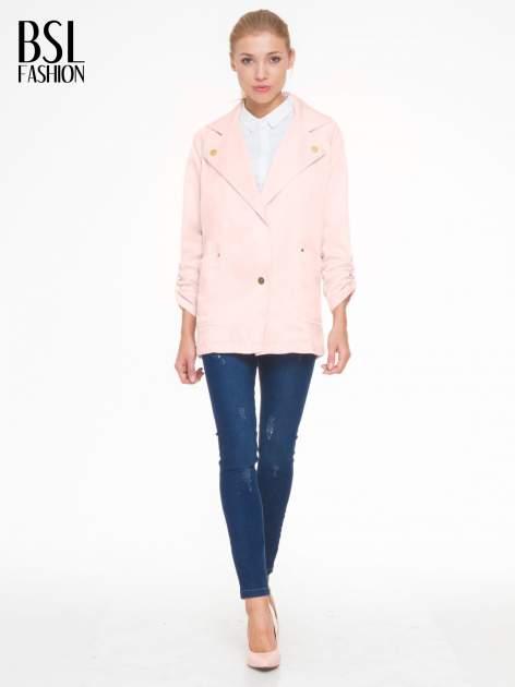 Pasteloworóżowy żakiet boyfriend jacket z podwijanymi rękawami                                  zdj.                                  2