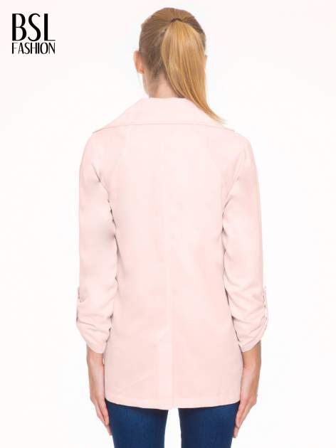 Pasteloworóżowy żakiet boyfriend jacket z podwijanymi rękawami                                  zdj.                                  4