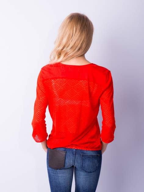 Pomarańczowa bluzka w geometryczny wzór z łezką z przodu                                  zdj.                                  6
