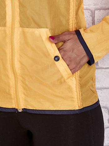 Pomarańczowa kurtka wiatrówka z czarnym wykończeniem                                  zdj.                                  9