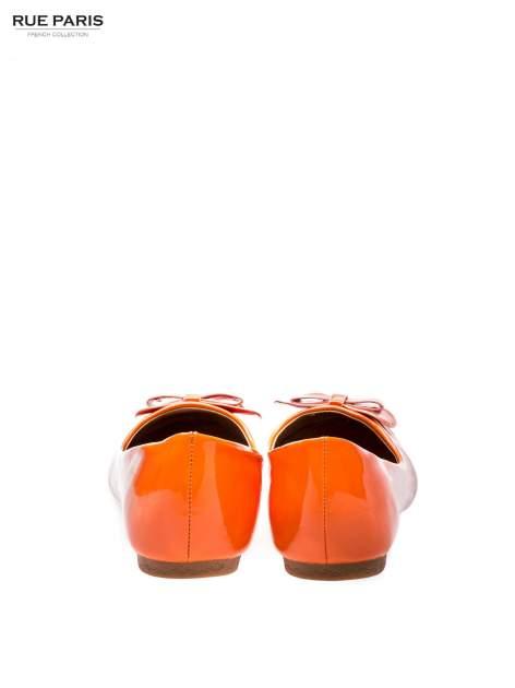 Pomarańczowe baleriny lakierowane z kokardką                                  zdj.                                  3