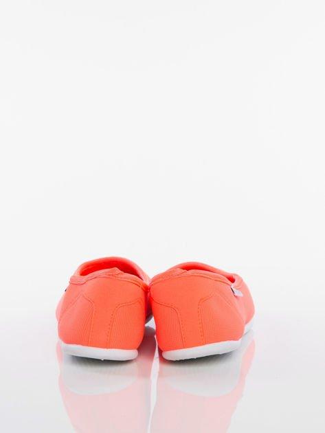Pomarańczowe gładkie materiałowe baleriny Mellow na białej podeszwie