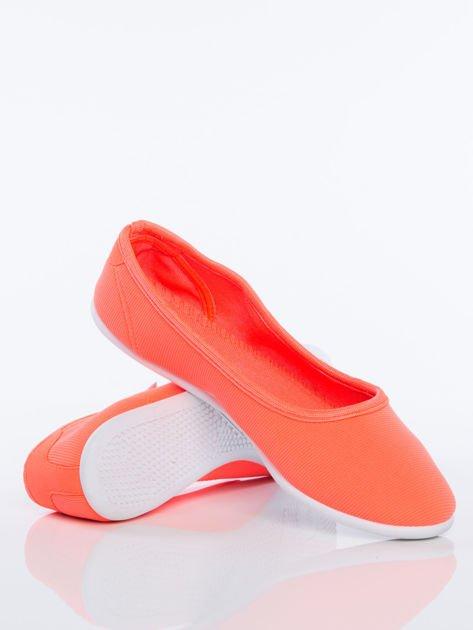 Pomarańczowe gładkie materiałowe baleriny na białej podeszwie