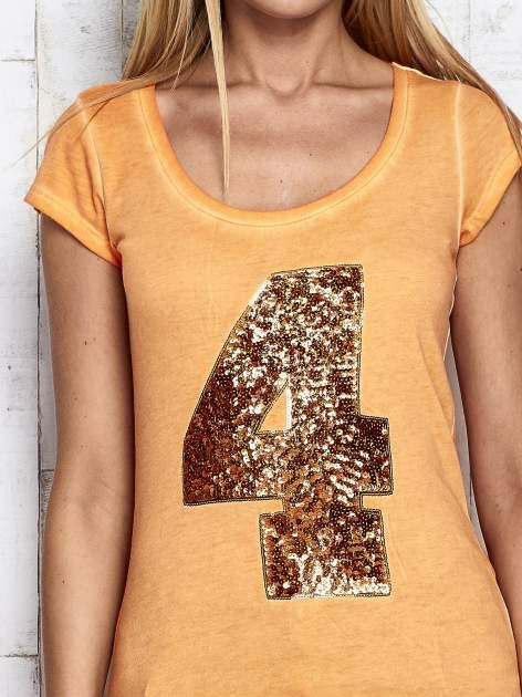 Pomarańczowy dekatyzowany t-shirt z cekinową cyfrą 4                                  zdj.                                  6