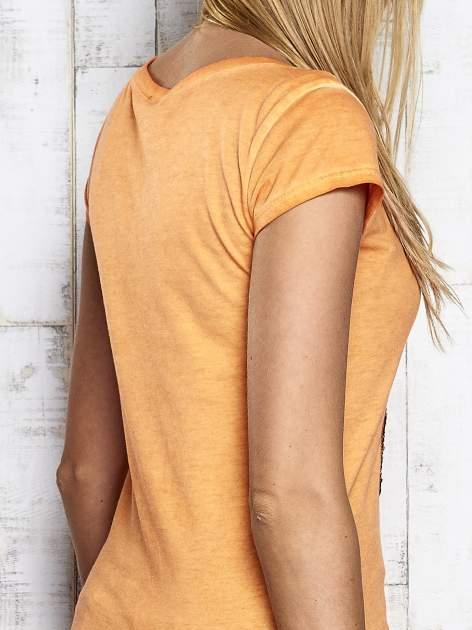 Pomarańczowy dekatyzowany t-shirt z cekinową cyfrą 4                                  zdj.                                  7
