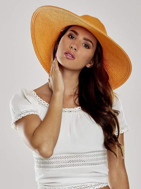 Pomarańczowy kapelusz z dużym rondem i dżetami                                  zdj.                                  1