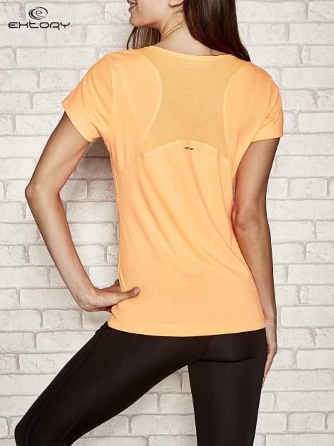 Pomarańczowy t-shirt sportowy z kieszonką na suwak PLUS SIZE                                  zdj.                                  3