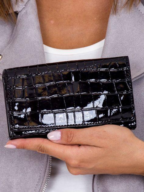 Portfel czarny lakierowany z tłoczonym zwierzęcym motywem