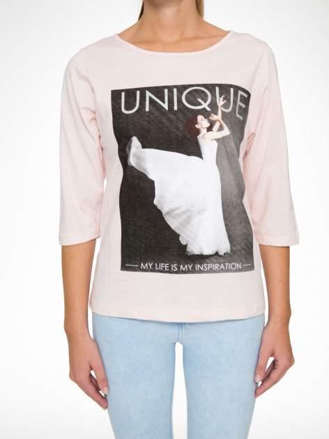 Różowa bluzka z nadrukiem kobiety i napisem UNIQUE                                  zdj.                                  8