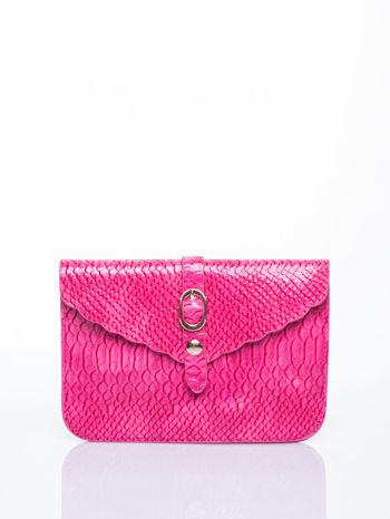 Różowa kopertówka z motywem skóry krokodyla