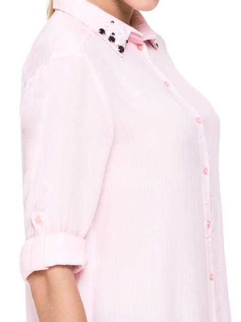 Różowa koszula z biżuteryjnym kołnierzykiem                                  zdj.                                  8
