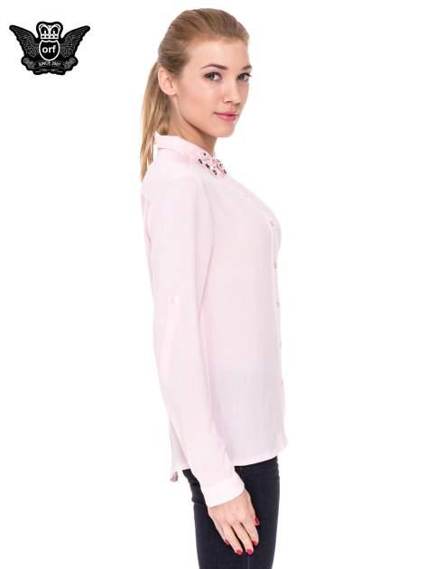 Różowa koszula z biżuteryjnym kołnierzykiem                                  zdj.                                  3