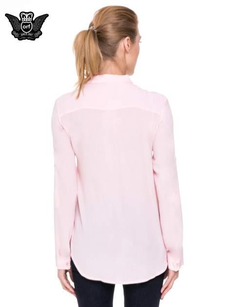 Różowa koszula z biżuteryjnym kołnierzykiem i kieszonką                                  zdj.                                  4
