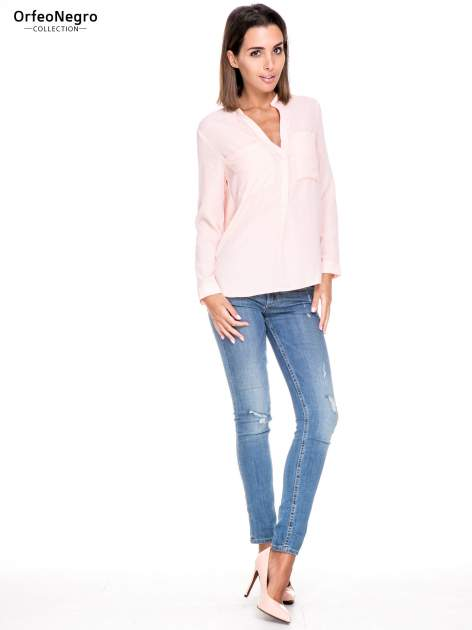 Różowa koszula z dużymi kieszeniami i dekoltem w serek                                  zdj.                                  2