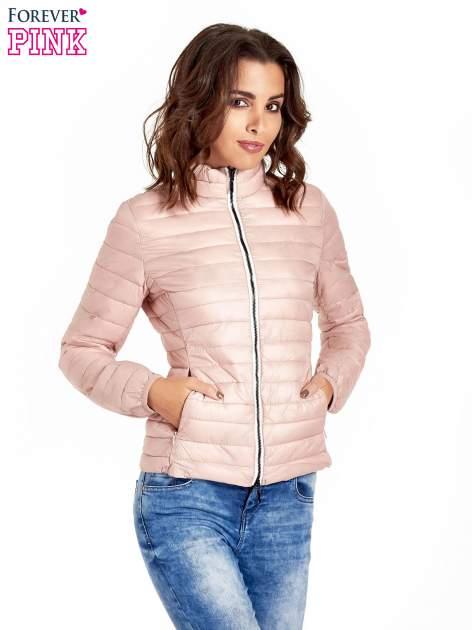 Różowa lekka kurtka puchowa z kontrastowym zamkiem