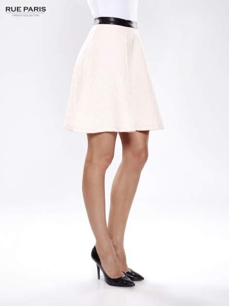 Różowa rozkloszowana spódnica ze skórzanym pasem z dzianiny wytłaczanej w geometryczny wzór                                  zdj.                                  3